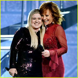 Kelly Clarkson & Reba McEntire Perform 'Does He Love You' Duet at ACM Awards 2018 (Video)