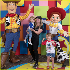 Kelly Clarkson & Her Kids Remington & River Meet Toy Story's Woody & Jessie at Disneyland!