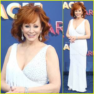 Host Reba McEntire Sparkles on the Red Carpet at ACM Awards 2018!