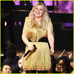 Kelly Clarkson Performs 'Whole Lotta Woman' at Billboard Music Awards 2018 (Video)