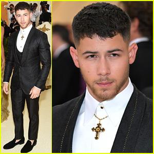 Nick Jonas Rode the Subway to Met Gala 2018!