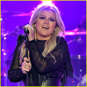 Kelly Clarkson Performs 'American Woman' at CMT Awards 2018 - Watch Now!