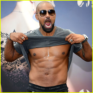 Shemar Moore Lifts His Shirt & Shows His Abs on the Red Carpet!