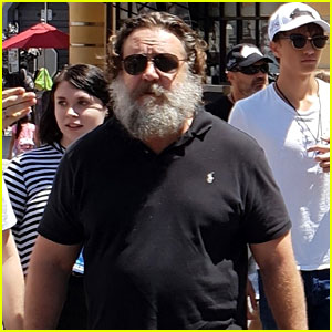 Russell Crowe Is Barely Recognizable While Exploring Universal Studios Hollywood