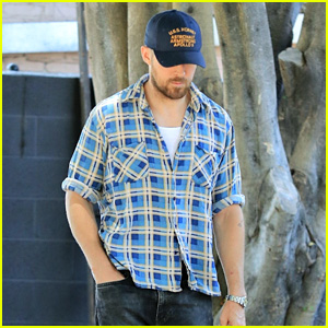 Ryan Gosling Enjoys a Solo Lunch Outing in Los Feliz
