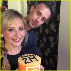 Sarah Michelle Gellar Gets a Cake in Her Face Thanks to Freddie Prinze Jr.