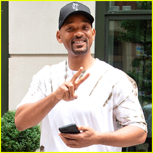 Will Smith Throws Up the Peace Sign in NYC!