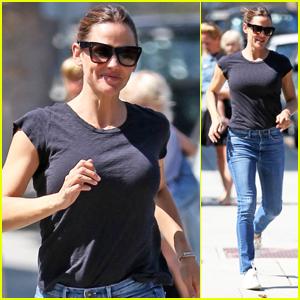 Jennifer Garner Is All Smiles While Running Errands in Brentwood