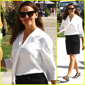 Jennifer Garner Is All Smiles While Arriving to Church With Her Kids!