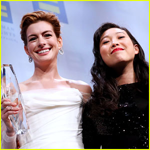 Awkwafina Presents Anne Hathaway With National Ally for Equality Award at HRC National Dinner 2018 - Watch!