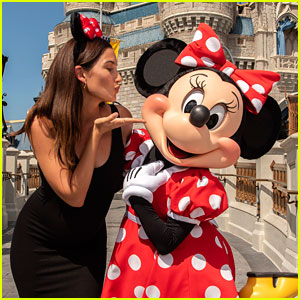 Pregnant Lily Aldridge Hangs Out With Minnie Mouse at Walt Disney World