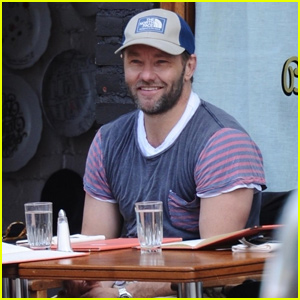 Joel Edgerton Spends Time With Friends in New York City!