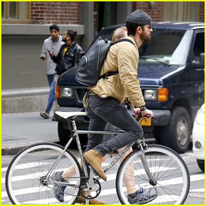 Justin Theroux Goes for a Bike Ride in NYC!