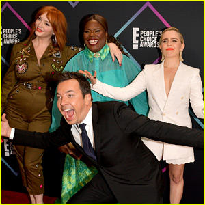 Jimmy Fallon Photobombs the 'Good Girls' Cast at Peoples' Choice Awards 2018!