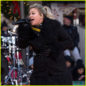 Kelly Clarkson Breaks Tradition & Sings Live at Macy's Thanksgiving Day Parade 2018 (Video)