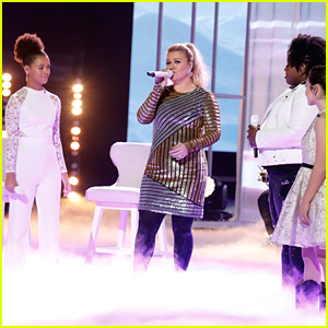 Kelly Clarkson Sings 'I Will Always Love You' with Her Team on 'The Voice' (Video)