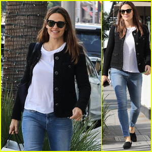 Jennifer Garner Is All Smiles While Christmas Shopping in Beverly Hills!