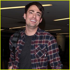 Jonathan Bennett Arrives at LAX After 'Supergirl' Casting News!