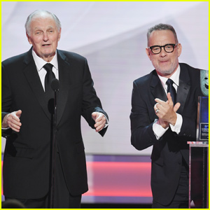 Tom Hanks Honors Alan Alda With Life Achievement Award at SAG Awards 2019!