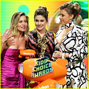 'Fuller House' Stars Seemingly Reference Lori Loughlin's Scandal During KCAs Speech