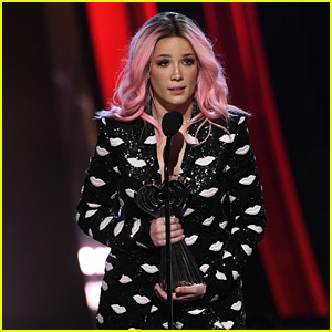 Halsey Accepts Fan Girl Award at iHeartRadio Awards 2019 - Watch Her Speech!