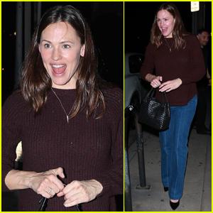 Jennifer Garner Enjoys Night Out with Friends in Santa Monica