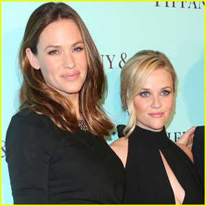 Reese Witherspoon Jokes With Jennifer Garner About Pregnancy Rumors