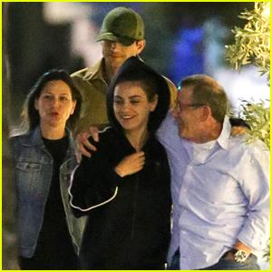 Mila Kunis & Ashton Kutcher Enjoy Dinner with Friends