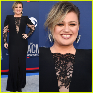 Kelly Clarkson is All Smiles Arriving at ACM Awards 2019