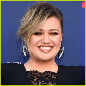 Kelly Clarkson Isn't Feuding with This Other Singer, Despite Rumors