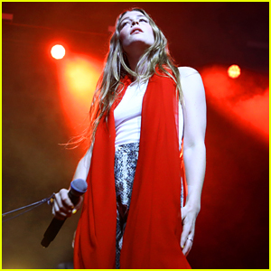 Maggie Rogers Performs at Coachella 2019