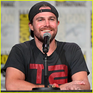 Stephen Amell Gets 'Emotional' During Last Comic-Con With 'Arrow' Cast