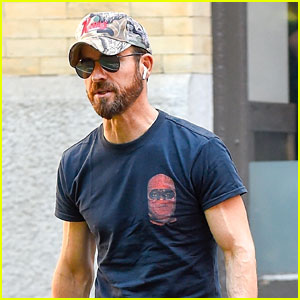 Justin Theroux Bares Big Biceps in Biggie Smalls T-Shirt