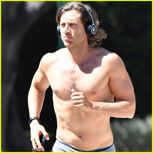 Brad Falchuk Bares Hot Body on Shirtless Jog!