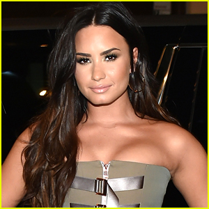 Demi Lovato Dip Dyes Her Hair Green!