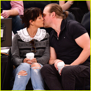 David Harbour & Lily Allen Share a Kiss Courtside at Knicks Game in NYC!