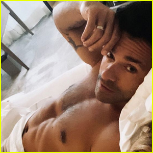 Mark Consuelos Bares Ripped Abs in Hot Shirtless Photo!