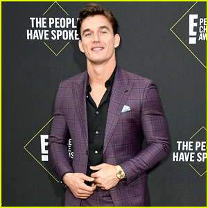 Tyler Cameron Suits Up in Purple Plaid at People's Choice Awards 2019