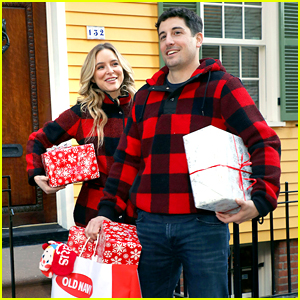 Jason Biggs & Jenny Mollen Delivered Some Early Christmas Gifts to Their Neighbors!