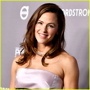 Jennifer Garner Jokes About Using Tinder & Why No One Swipes for Her