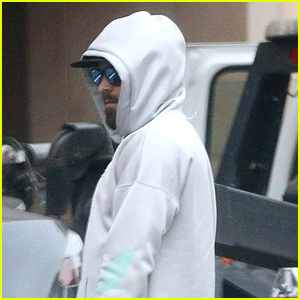 Zac Efron Waits for a Tow Truck After His Car Breaks Down!