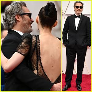 Joaquin Phoenix & Fiancee Rooney Mara Show Rare PDA at Oscars 2020!
