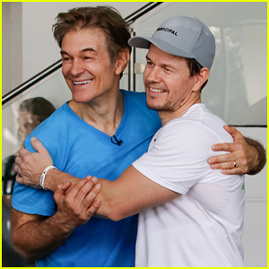 Mark Wahlberg & Dr. Oz Work Out & Do Push-Up Challenge!