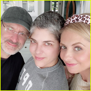 Selma Blair & Sarah Michelle Gellar Reunite with 'Cruel Intentions' Director Roger Kumble!