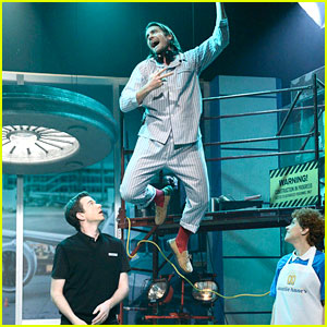 Jake Gyllenhaal Spoofs Wicked's 'Defying Gravity' During Broadway-Themed 'SNL' Skit