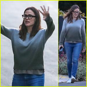 Jennifer Garner Goes on an Afternoon Stroll With Her Kids Amid Quarantine