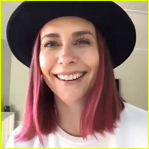 Jennifer Love Hewitt Shows Off New Pink Hair While Talking About Homeschooling During Quarantine