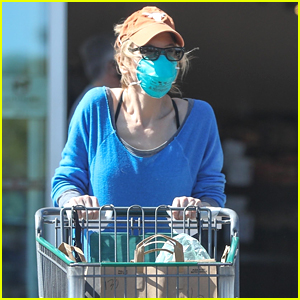Renee Zellweger Wears Mask & Gloves While Stocking Up On Groceries