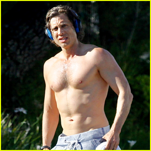 Gwyneth Paltrow's Husband Brad Falchuk Bares Hot Body During a Shirtless Run!