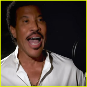 Lionel Richie Performs 'We Are the World' During 'American Idol' Finale with Past Contestants - Watch!